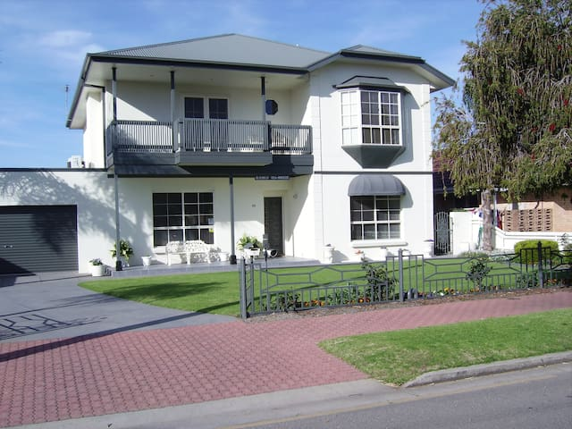 Glenelg Sea-Breeze Bed & Breakfast - Glenelg East - Bed & Breakfast