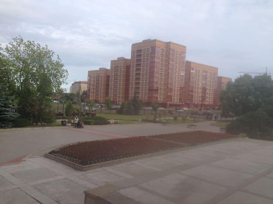 Вид  дома из парка
