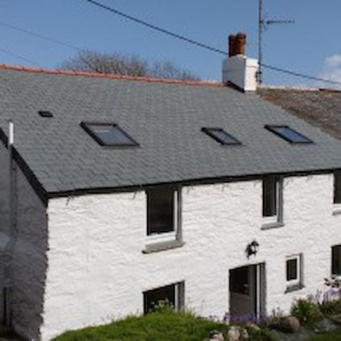 Seaside Cornish cottage in tranquil village. - Treknow - Casa