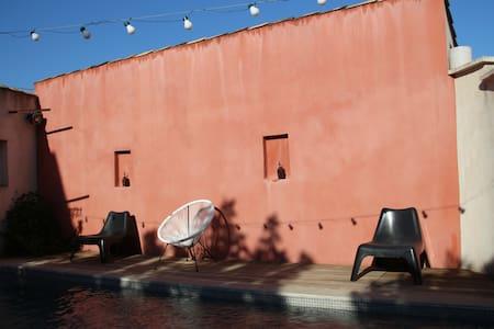 Superbe grange rénovée avec jardin et piscine.
