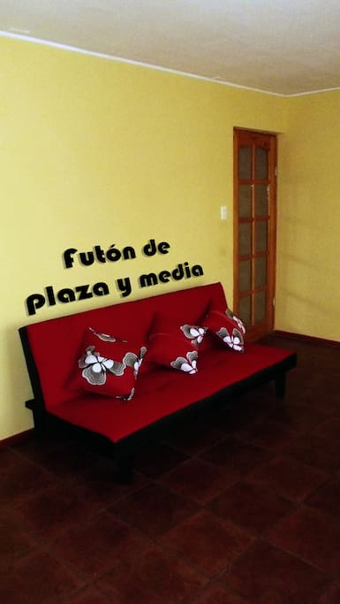 Cómodo futón de plaza y media.