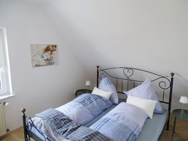 Genieße die Nächte mit deinem Partner in diesem Kingsize Bett.