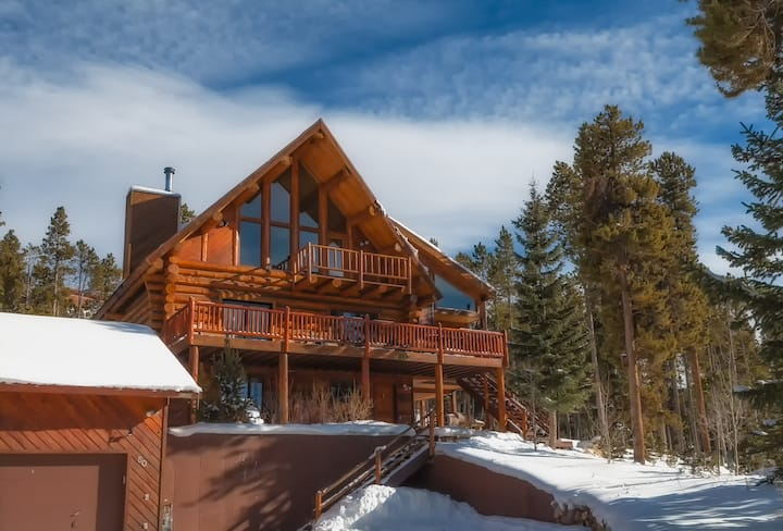 Beautiful Natural Log Home with Spectacular Views!