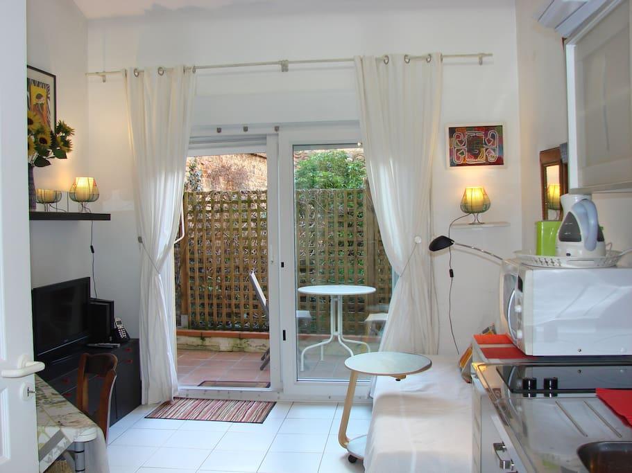 studio avec terrasse sur jardin climatisation appartements louer toulouse midi pyr n es. Black Bedroom Furniture Sets. Home Design Ideas
