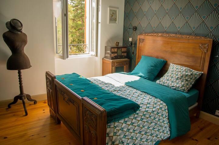 bedroom art deco+ breakfast in home edge of Allier