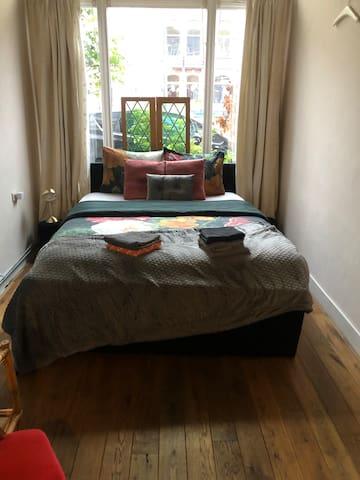 Slaapkamer 1 met boxspring bed