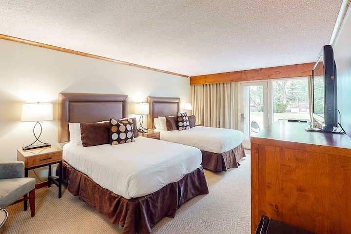 Ski-in/ski-out hotel room w/ WiFi & shared hot tub, gym, pool, and lounge area!