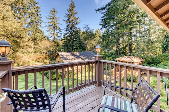 Dog-friendly studio home near state park w/ hot tub, firepit, & balcony!