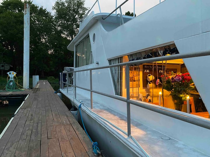 Peaceful Houseboat off the Ohio River