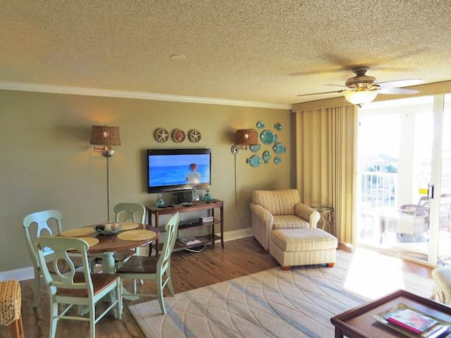 Modern, bay view unit, Beach setup and bicycles included, Close to shopping