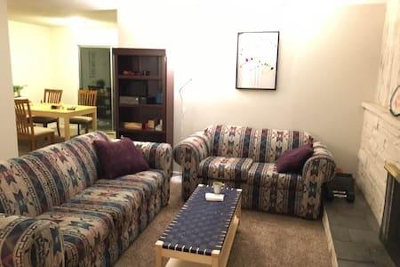 Cozy queen bed room near Bellevue downtown