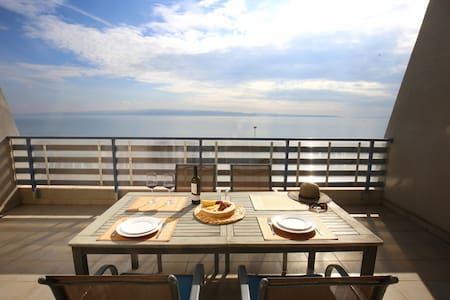 Split on the beach, 2 floors & wide terrace - スプリト - アパート