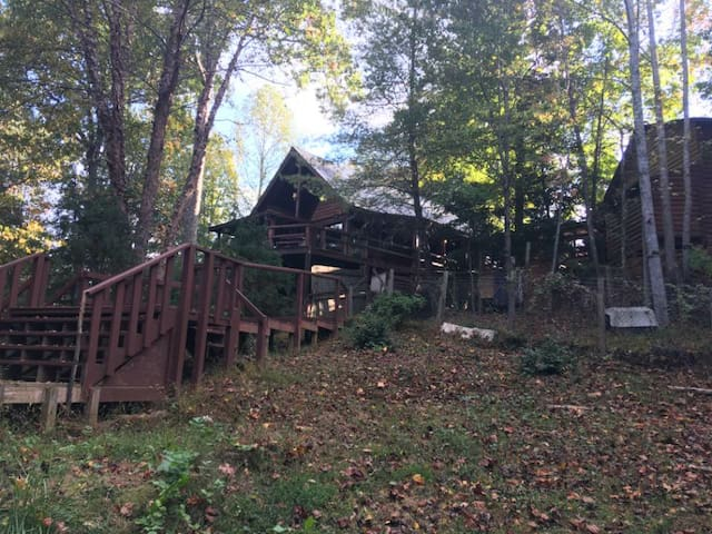 Happy Treehouse in the Blue Ridge Mtns - Mineral Bluff - Cabin