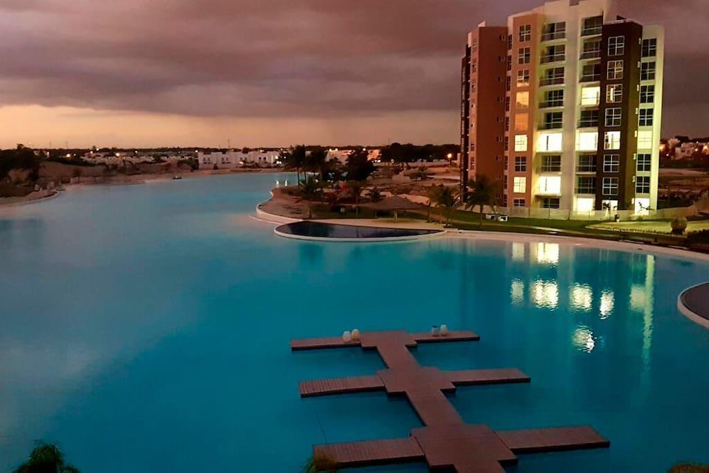 Lagoon Renata´s Resorts en Cancún es el lugar con el que habías soñado vivir toda tu vida. Disfruta de un ambiente con todos los lujos, y déjate consentir y disfruta de la majestuosa laguna cristalina de 1.8 hectáreas quedaras impresionado. En ella podrás practicar kayak, veleo o cualquier deporte acuático no motorizado. Integradas a la laguna hay siete albercas, y contamos con una pista a su alrededor, donde podrás correr todas la mañanas.