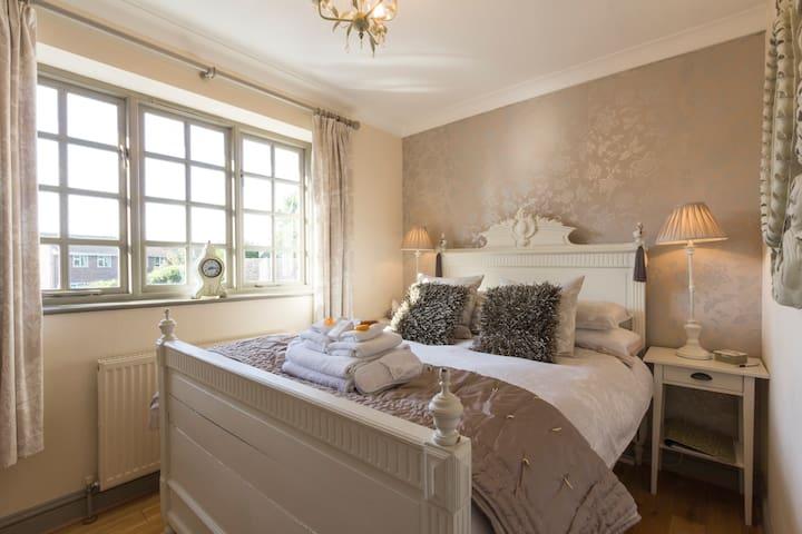 Ryder Lodge Cheltenham room