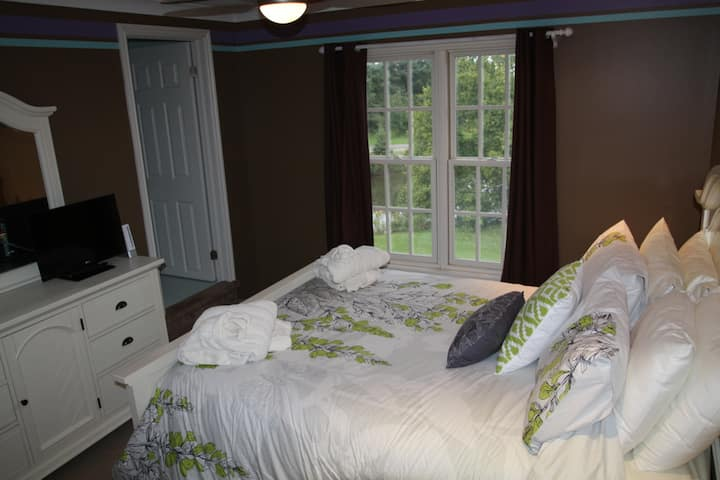 Willow Trace B&B by Elevate Rooms - The Maddison Queen Room