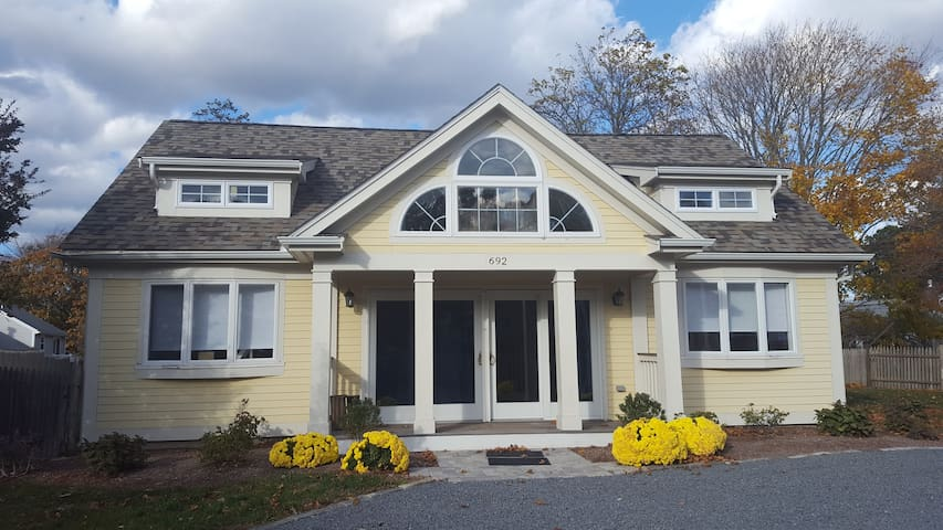 Craigville beach home steps from the beach - Barnstable - Rumah