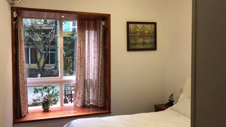 """《花园》双人标间,位于国金中心旁的精品民宿""""凤访山居""""一层,环境优雅精致,1带大衣帽柜。"""