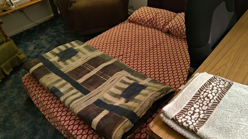 Comfortable matress on the floor - Shared apt