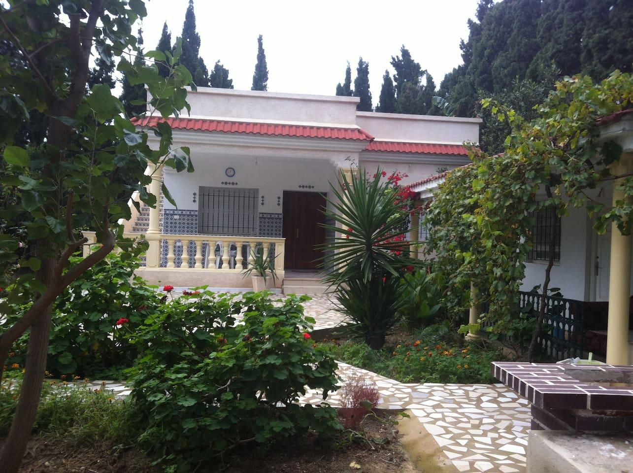 La maison et le beau jardin autour