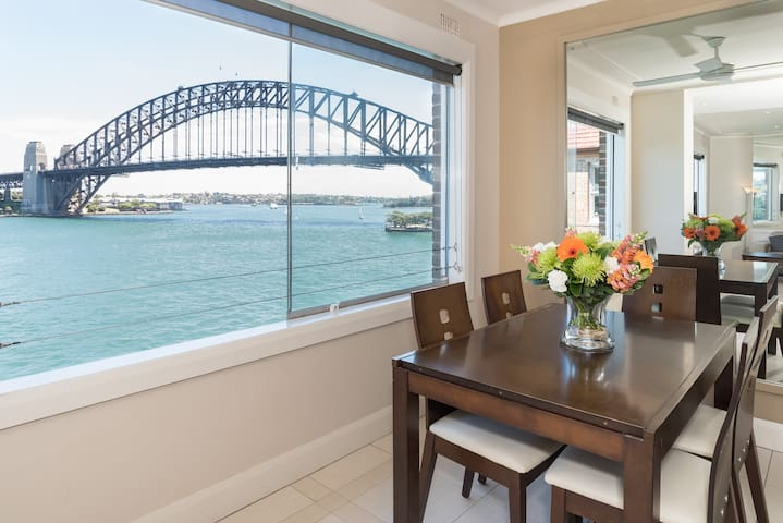 2 Queen Bedrooms w/ Panoramic Harbour Views
