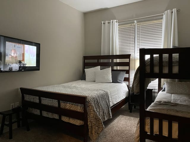 2nd Bedroom w 1 Queen bed and 2 Twin beds. Perfect for 4 guests and/or guests with multiple kids.