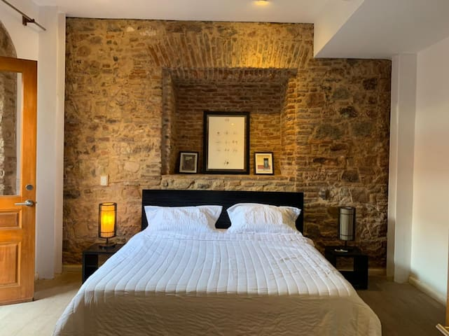 Habitación con cama de matrimonio y salida a la terraza