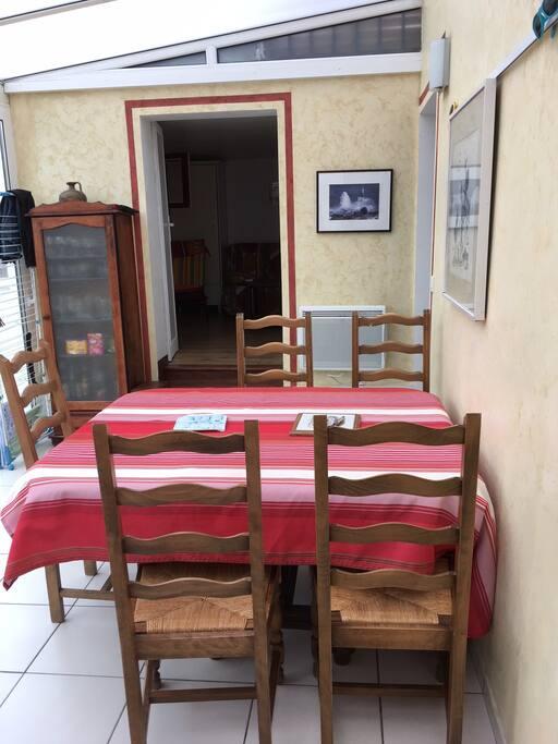 Salle à manger sous véranda