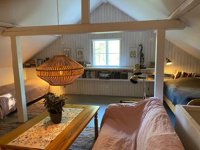 Stora sovrummet på övervåningen. Tre bäddar och en soffa.   Large bedroom on upstairs. Three beds and a sofa.
