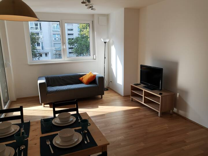 Private city apartment (+balcony) @ UNO City+Metro
