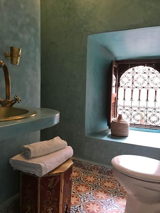 Tadelakt bathroom with walk-in shower/Suite Nayle