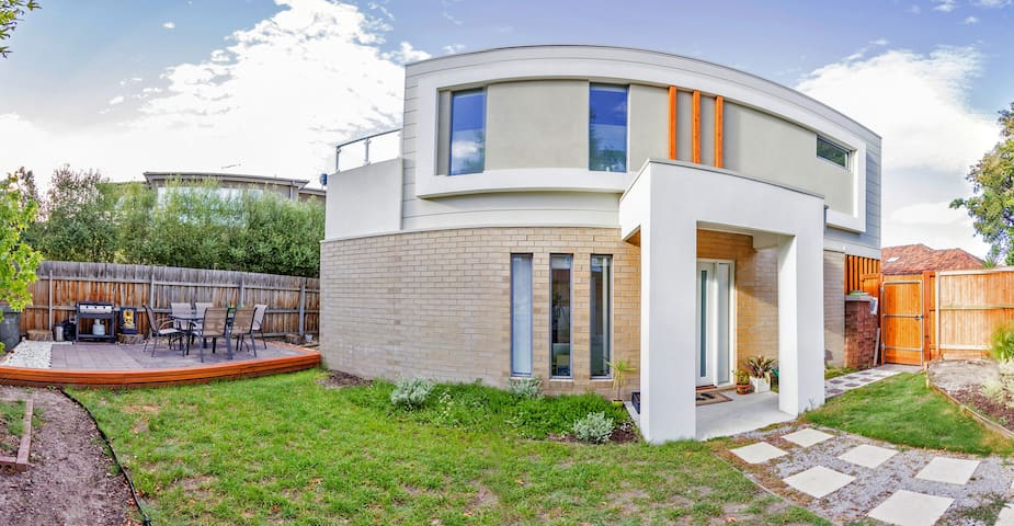 Modern light filled 2bdr townhouse, large bbq area - Brighton East - Townhouse