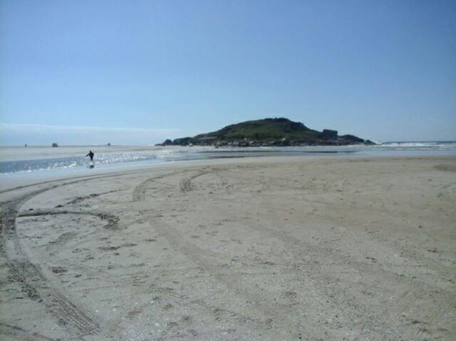 Praia com mar e lagoa
