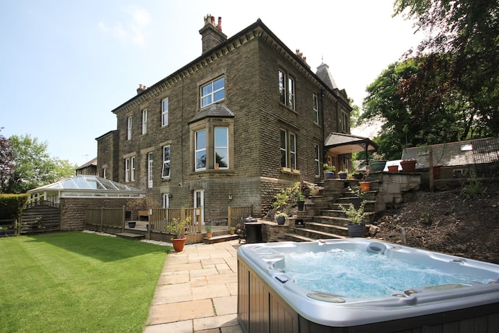 Historic Buxton Property - HOT TUB - Sleeps 6