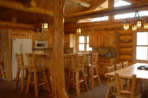 Large secluded  log lodge on MN clearest lake.