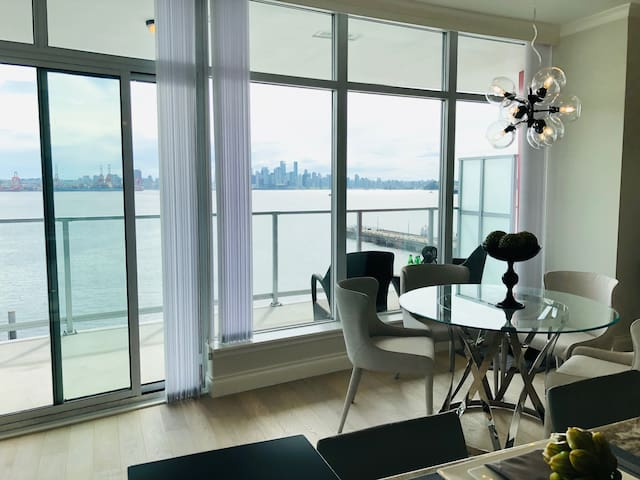 Luxury Waterfront 3br/3ba Condo w/ Panoramic View