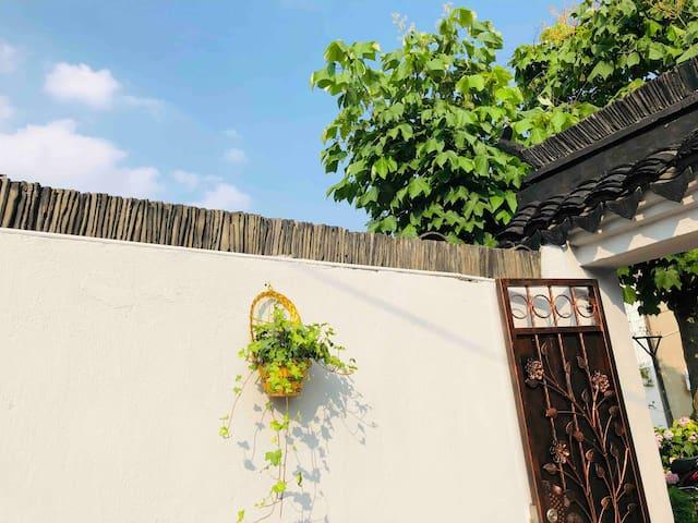 位于朱家角古镇中心景区-悠然小居 百年老宅自带大院 可带宠物入住