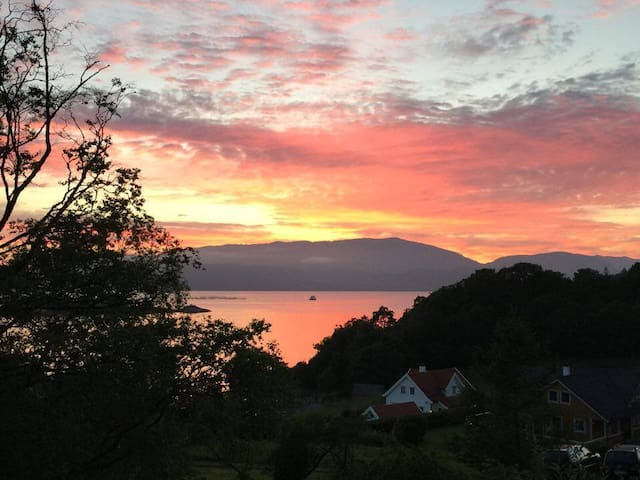 New house, lovely area, amazing fjord view - Fusa - Aamiaismajoitus