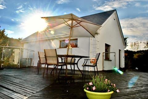 Luxury home, 7 min walk to beautiful Barna village