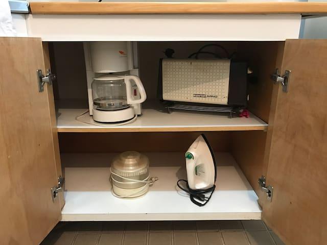 Equipado com utensílios domésticos.