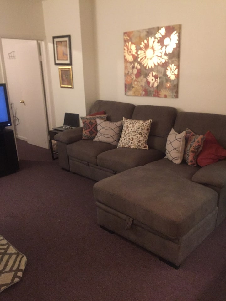 Quiet One Bedroom 10 Minutes From Airport!
