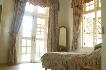 pink and grey marble room-samyama - Thalahena