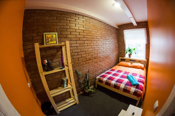 A small room with a double bed - Vladivostok - Talo