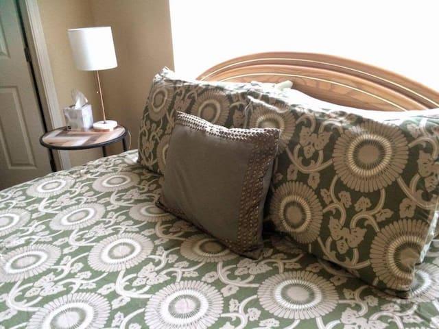 Cozy Guestroom (Queen Bed, Private Bath)