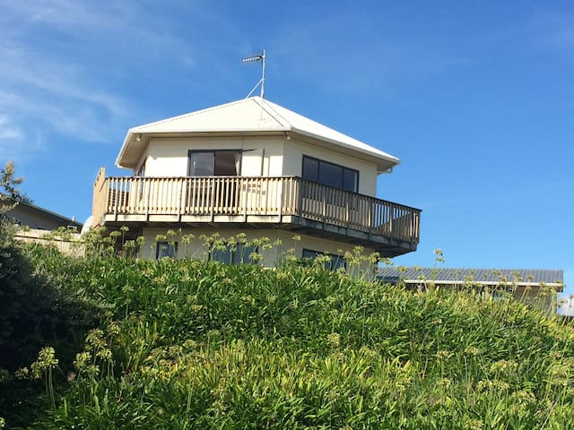 Lighthouse shaped house by beach - Te Horo Beach - 一軒家