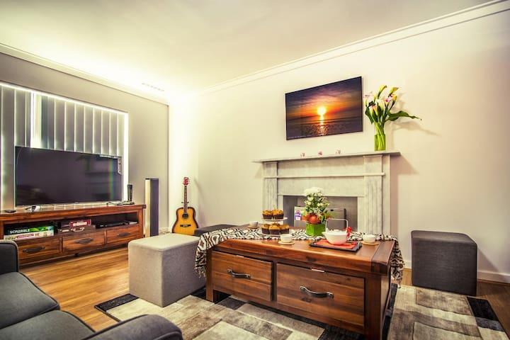 Living Room - mahjong, karaoke, Smart TV, games, children's DVDs & books
