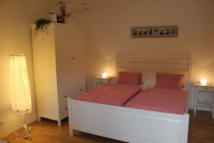 Romantic room close to Vienna for up to 4 persons - Gänserndorf - Gästhus