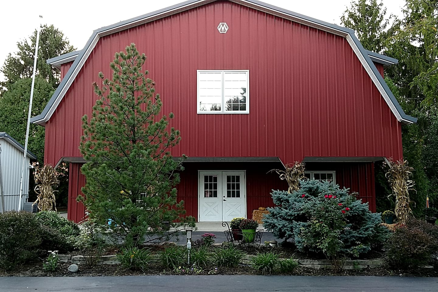 Guests stay in our modern Red Barn. Barn has heat and air-conditioning, half bath, full kitchen, 1 futon, 1 full bed, desk, and open floor plan.  Red Barn is not attached to main house (where we live).