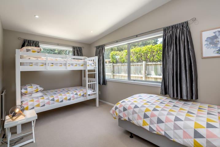 Bedroom 4 (Single bed + Bunk beds)