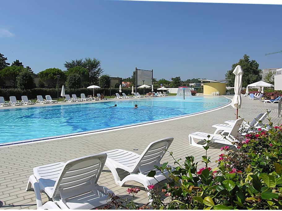 piscina con zona acqua bassa per bambini